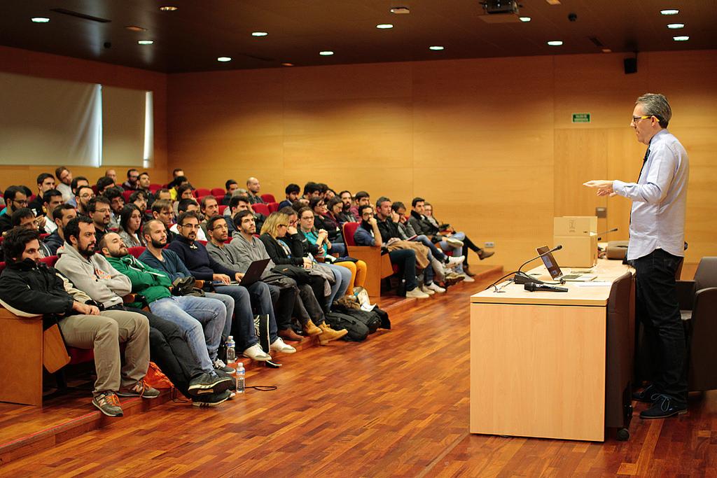 Luis Calvo en su charla 'CSS Grid Layout - Controlando la estructura de nuestra web'