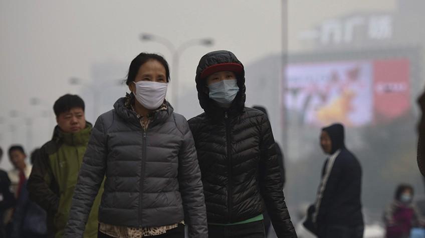 Madrileños de Móstoles afectados por la nube de humo provocada durante la celebración del II Congreso Español de Emprendiduría