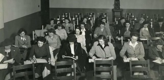 "Grupo de mujeres en EEUU en clase de programación durante la Segunda Guerra Mundial, Fuente: Documental ""Top Secret Rosies The Female Computers of WWII"""